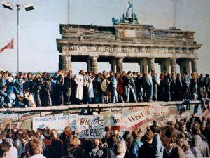 Падение Берлинской стены. Бранденбургские ворота, ноябрь 1989 года //ru.wikipedia.org